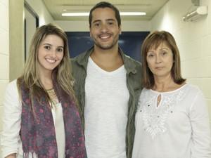 Nando com a namorada, Andreia, e a mãe, Maria (Foto: Felipe Monteiro/TV Globo)