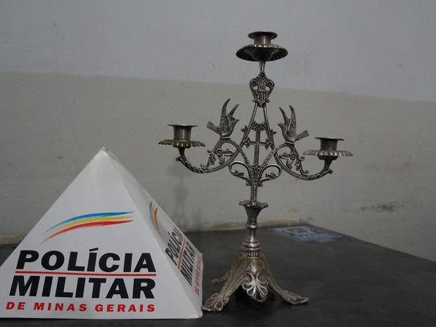 Candelabro furtado e recuperado em igreja de Oliveira (Foto: Polícia Militar/ Divulgação)