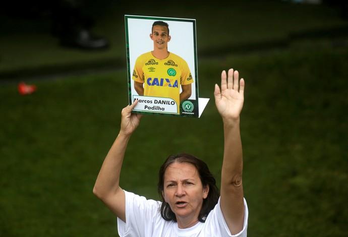 Dona Ilaídes com a foto de seu menino Danilo no velório em Chapecó (Foto: Reuters)