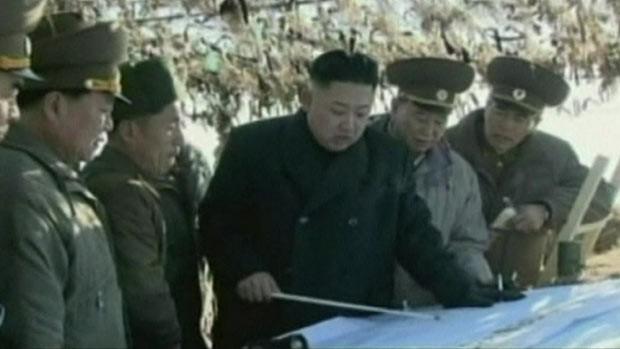 O líder norte-coreano Kim Jong-un com comandantes militares (Foto: BBC)
