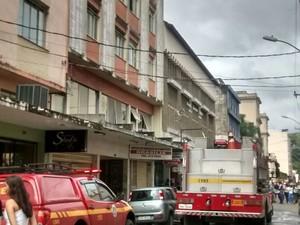 Fogo mobiliza Bombeiros em Juiz de Fora (Foto: Pedro Nunes/G1)