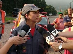 Capitã Cintia Nardy dos Bombeiros falou com a imprensa (Foto: Alfredo Netto/G1)