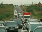Motoristas de transporte alternativo fazem protesto na Estrada do Feijão
