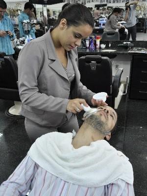 Mulheres são a maioria na equipe de barbeiros em barbearia de Goiânia (Foto: Adriano Zago/G1)