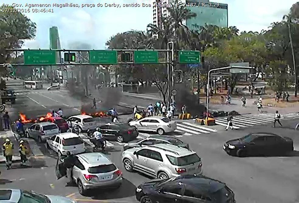 Câmeras da CTTU flagram momento que a Avenida Agamenon Magalhães, na região central do Recife, é bloqueada na manhã desta quarta-feira (7) (Foto: Reprodução/CTTU)