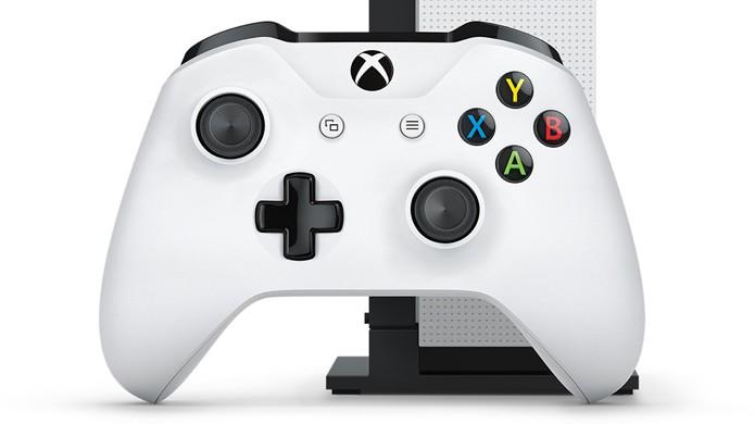 Novo joystick do Xbox One S apresentado na E3 2016 utiliza Bluetooth e tem um design levemente diferente (Foto: Reprodução/Microsoft)