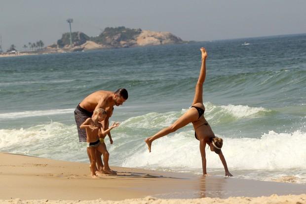 Fernanda Lima e família na praia (Foto: J.Humberto / AgNews)