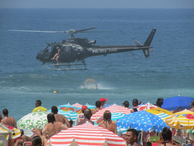 Helicóptero faz salvamento em Ipanema (Foto: Cristina Boeckel/G1)