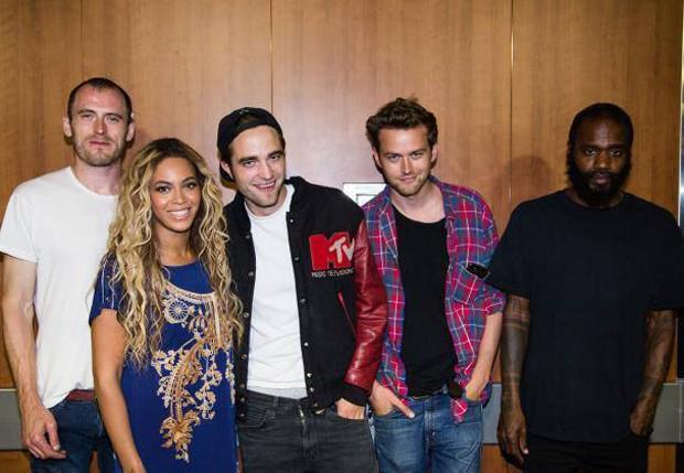 Beyoncé e Robert Pattinson com os músicos do Death Grips (Foto: Reprodução/Facebook)