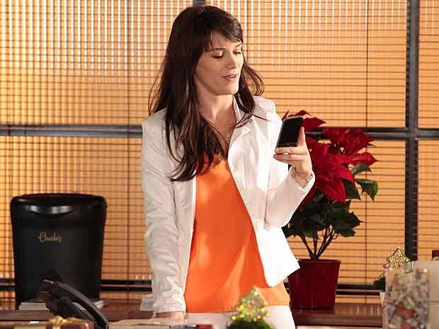 Carolina usa o telefone de Vânia escondido (Foto: Guerra dos Sexos)