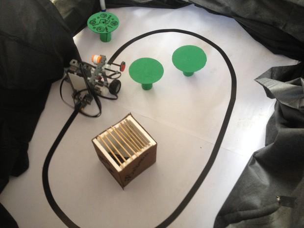 Robô criado para fazer churrasco apresentado na Mostra de Robótica, em Porto Velho (Foto: Karla Cabral/G1)