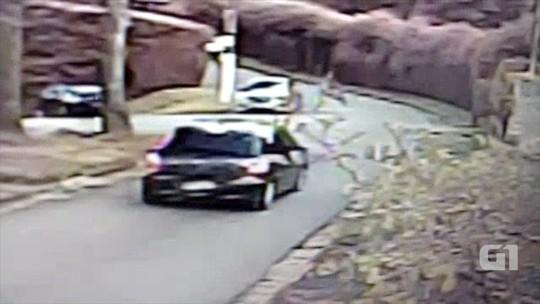 Ciclista é arremessado após bater em carro em Campos do Jordão; veja