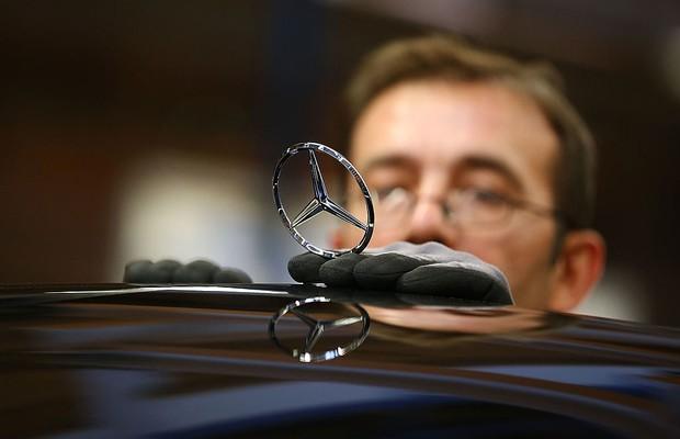 Funcionário na linha de produção da fábrica da Mercedes-Benz (Foto: Thomas Niedermueller/Getty Images)