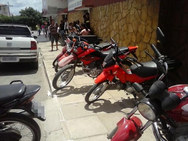 Motos foram apreendidas na casa dos suspeitos, em São José do Egito (Foto: Divulgação/ Polícia Civil)