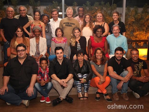 Elenco e equipe se juntam para a foto oficial de Pé na Cova (Foto: Pedro Curi/TV Globo)