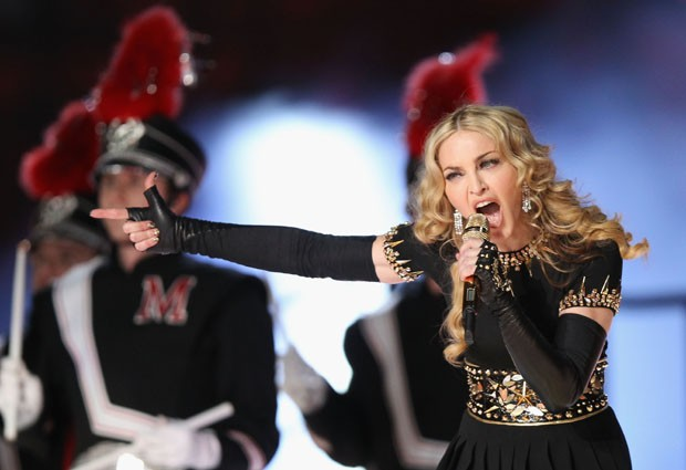 INDIANAPOLIS, IN - FEBRUARY 05:  Singer Madonna performs during the Bridgestone Super Bowl XLVI Halftime Show at Lucas Oil Stadium on February 5, 2012 in Indianapolis, Indiana.  (Photo by Ezra Shaw/Getty Images) (Foto: Getty Images)