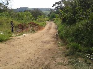 Estrada que leva ao terreno onde corpo do policial foi encontrado em Suzano (Foto: Pedro Carlos Leite/ G1)