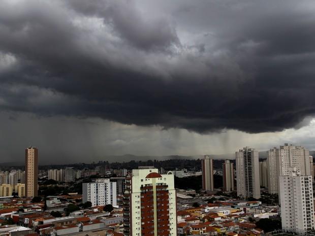 Nuvens carregadas sobre São Paulo, na tarde dessa quarta-feira (10), visto da região da Mooca, na zona leste da capital. (Foto: Luiz Guarnier/Brazil Photo Press/Estadão Conteúdo)