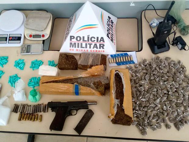 Suspeito de tráfico de drogas é preso durante operação em Santa Luzia, na Grande BH. Material foi apreendido na casa dele (Foto: Divulgação/ Polícia Militar)