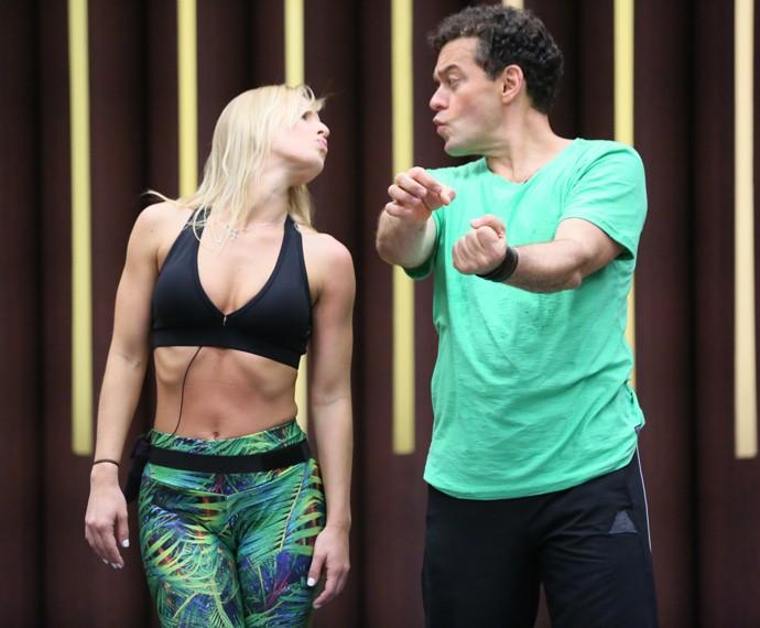 Fernando Rocha ensaia com Juliana Valcézia (Foto: Isabella Pinheiro / Gshow)