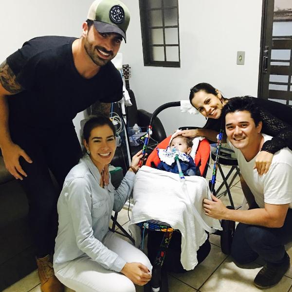 Adriana Sant'Anna e Rodrigão visitam Joaquim, garoto com doença rara (Foto: Reprodução/Instagram)