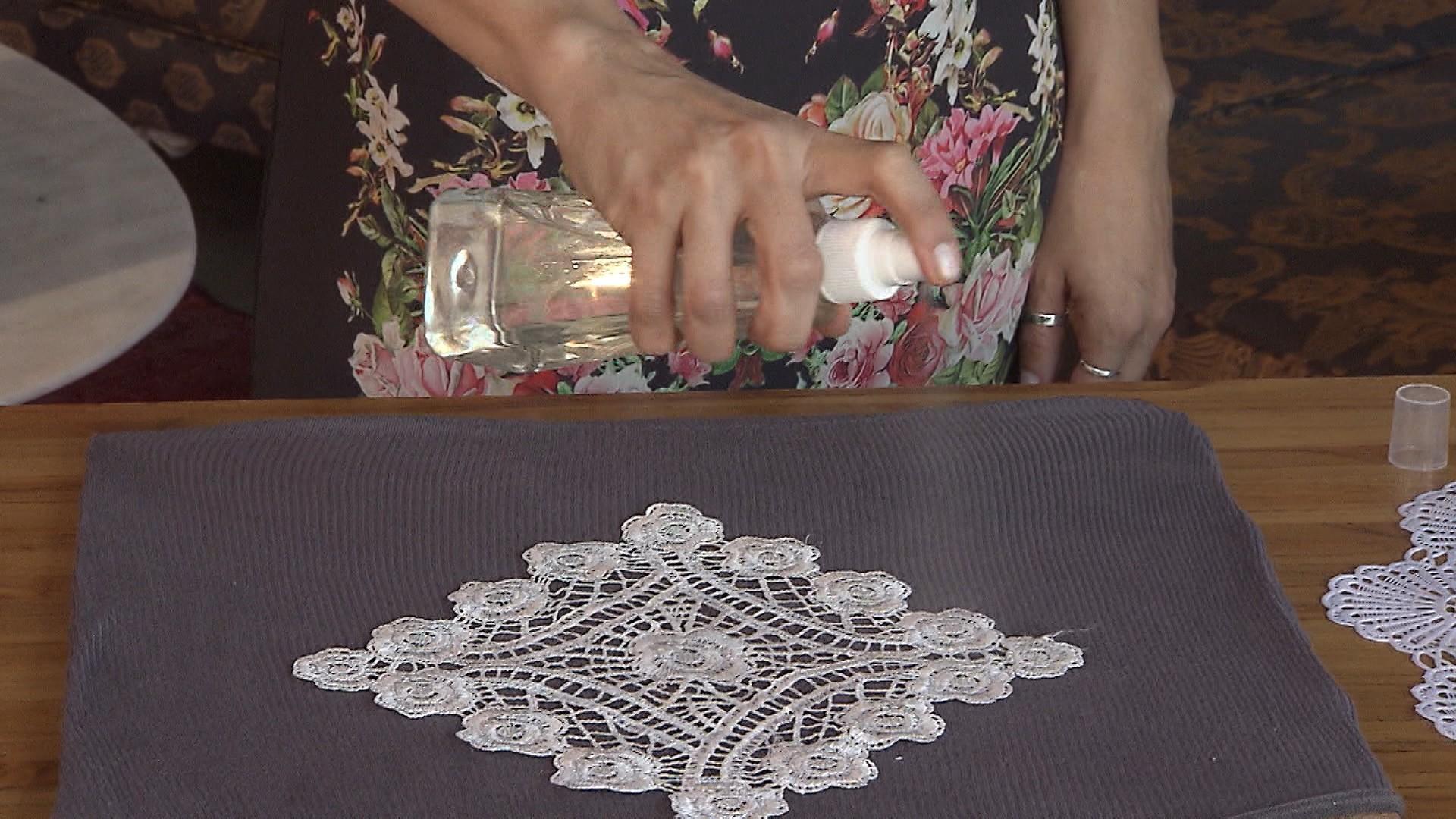 Blusa simples ganha estampa com técnica de descoloração (Foto: Divulgação)