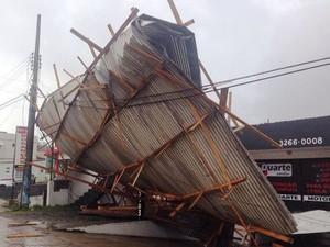 Rajadas de vento arrancaram telhado (Foto: Osvaldo Sagaz/TVCom)