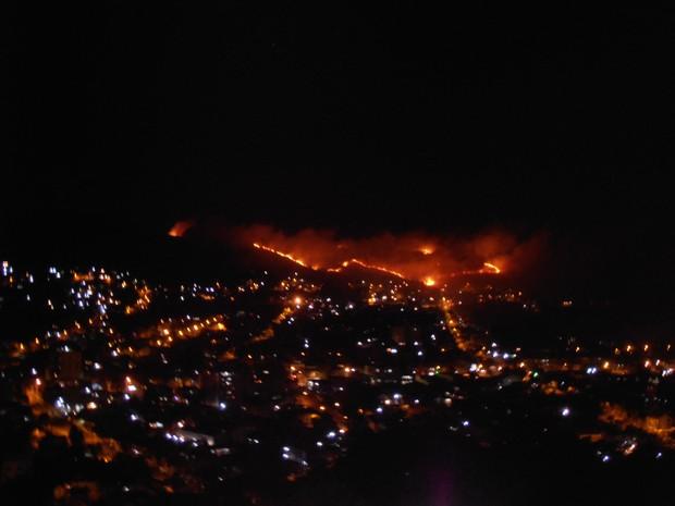 Incêndio atinge área de vegetação no Morro da Apamecor, em Porto Alegre (Foto: Daniela Barfer)