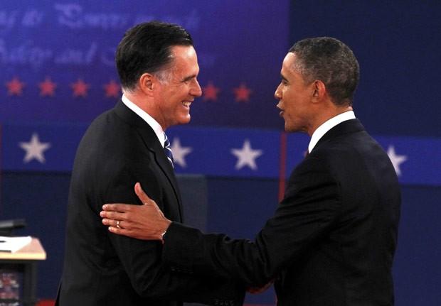 O republicano Mitt Romney e o democrata Barack Obama se cumprimentam antes do debate desta terça-feira (16) em Nova York (Foto: AFP)