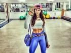 Renata Molinaro posa com look bem justo e cinturinha chama atenção
