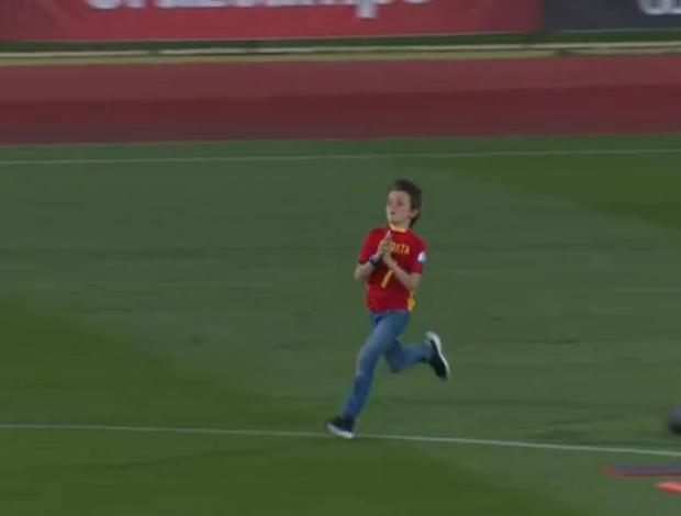 BLOG: Olééééééé! Pequeno torcedor dribla dois seguranças para abraçar Morata