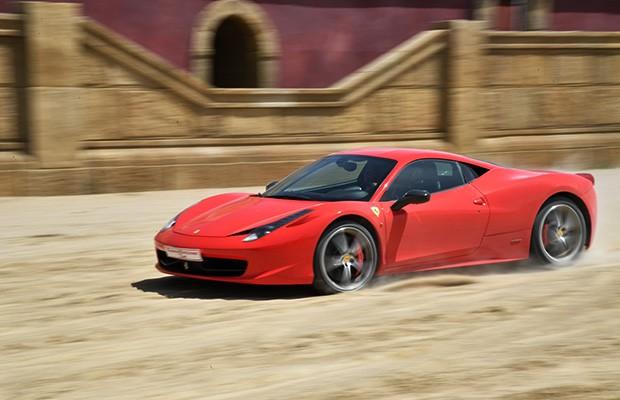 Ferrari 458 Italia compete contra biga em cenário de Ben Hur (Foto: AFP)
