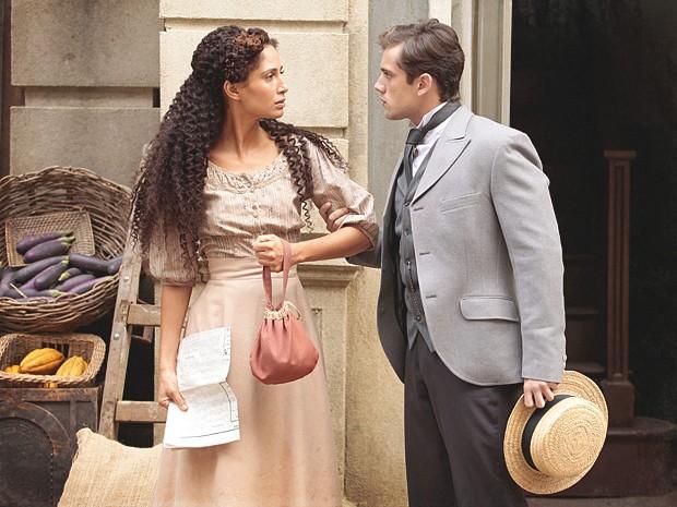 Albertinho acha que Isabel se aproximou de Laura para tirar vantagem (Foto: Lado a Lado / TV Globo)