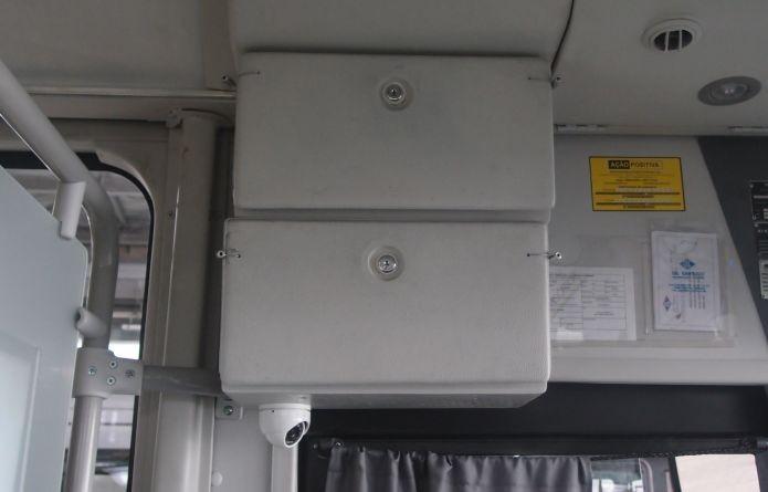 Caixa lacrada guarda o roteador que fornece conexão  Wi-Fi dentro do ônibus (Foto: Pedro Zambarda/TechTudo)