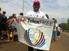 Manifestante faz protesto solitário em defesa da Telexfree em Cuiabá