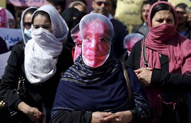 Afegãos do partido Hmbastagi usam mascaras para condenar o linchamento de Farkhunda, neste domingo (22) (Foto: Omar Sobhani/Reuters)