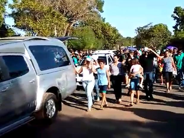 Centenas de pessoas acompanharam a cerimônia fúnebre dos dois gestores (Foto: Portal Rio Parnaíba)