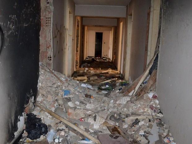 Corredor de hotel abandonado após ação de desocupação da PM; foram retirados do local 12 adultos e quatro crianças (Foto: Polícia Militar/Divulgação)