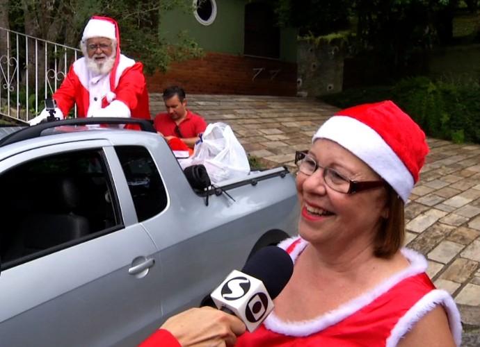 Mamãe Noel conta história para Teresa Freitas (Foto: Reprodução/ Rio Sul Revista )