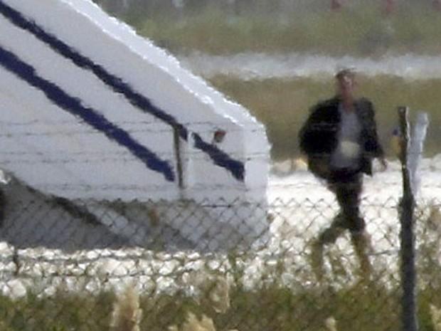 Homem que seria o sequestrador do avião da Egyptair deixa o Airbus A320 após negociação no Aeroporto de Larnaca, no Chipre (Foto: Yiannis Kourtoglou/Reuters)