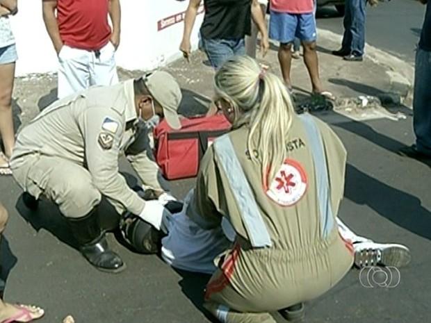 Motociclista foi socorrido pelo Corpo de Bombeiros (Foto: Reprodução/TV Anhanguera)