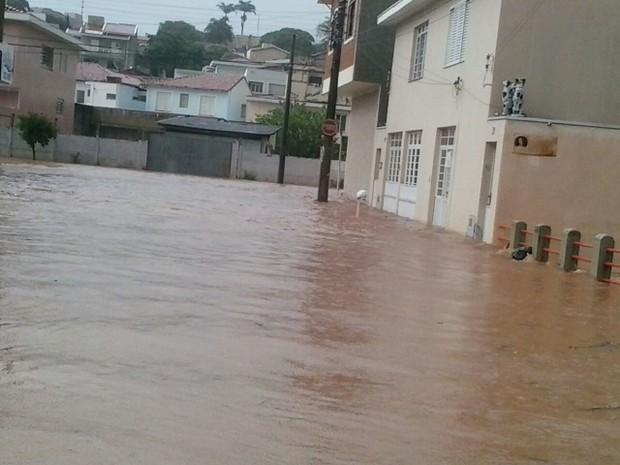 Chuva alagou ruas de São João da Boa Vista na tarde desta segunda-feira (Foto: Edvaldo dos Santos)