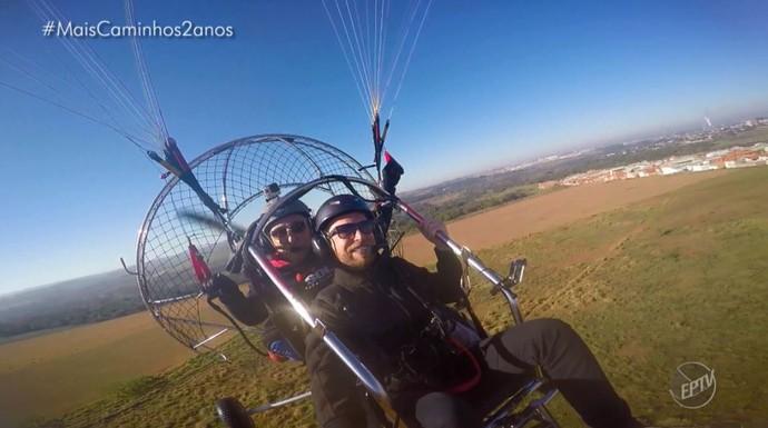 O repórter Rafael Ristow pela primeira vez voou de paratrike pela primeira vez, acompanhado do instrutor Augusto Toledo (Foto: reproduçao EPTV)