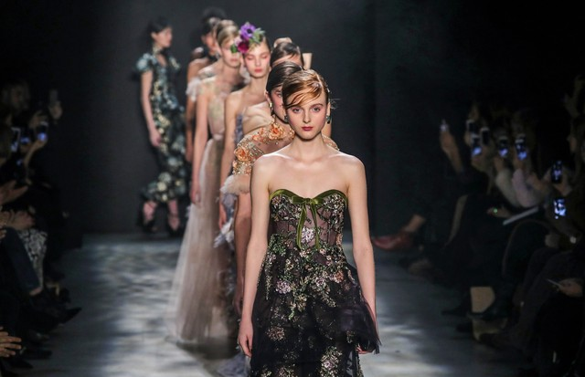 NEW YORK, NY - FEBRUARY 15:  Models walk the runway for the Marchesa collection during New York Fashion Week: The Shows at Gallery 2, Skylight Clarkson Sq on February 15, 2017 in New York City.  (Photo by Neilson Barnard/Getty Images for New York Fashion  (Foto: Getty Images for New York Fashio)