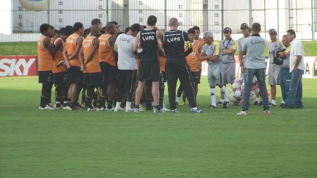 Treinador não conhece grande parte do grupo alvinegro (Foto: Matheus Magalhães/GLOBOESPORTE.COM)