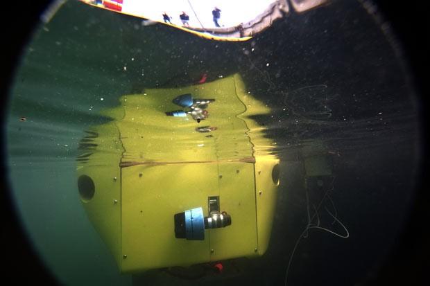 Robô-submarino francês Vortex, é lançado ao mar em Seyne-sur-Mer, na França (Foto: AFP Photo/Boris Horvat)