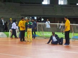 Eduardo Paes e operário Antônio recebem orientações para jogar goalball na Arena do Futuro (Foto: Alba Valéria Mendonça/ G1)