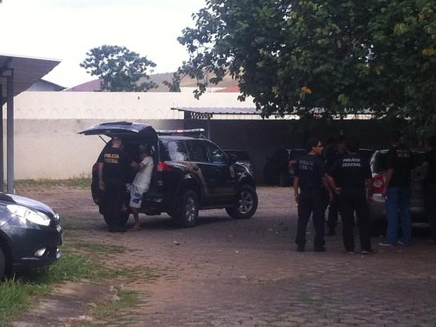 Suspeito é levado ao Instituto Médico Legal (IML) pra fazer exames após ser preso em Governador Valadares (MG). (Foto: Sávio Scarabelli/G1)