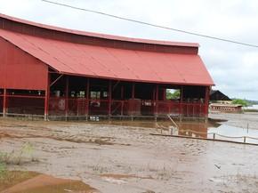 Oficina do complexo foi tomada pela cheia do Rio Madeira (Foto: Gaia Quiquiô/G1)