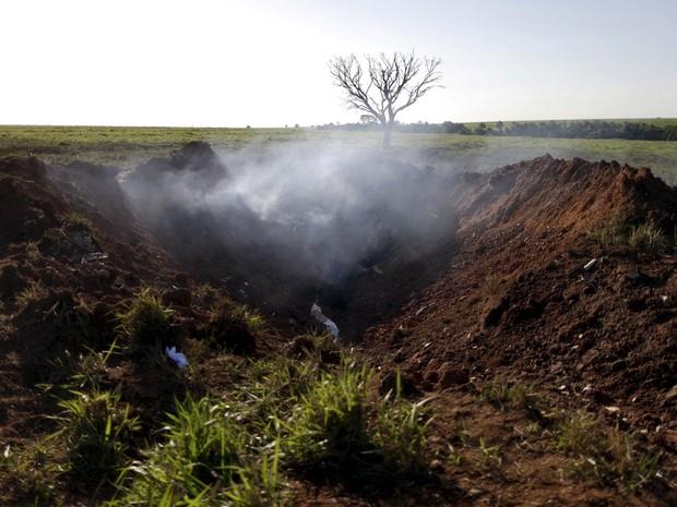 Destroços de um avião são vistos em Chapadão, no interior de Goiás. O jato decolou do aeroporto de Brasília na terça-feira (10) com destino a São Paulo. Dois executivos do banco Bradesco viajavam na aeronave (Foto: Ueslei Marcelino/Reuters)
